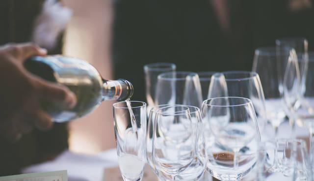注がれる乾杯用のシャンパン | 「frestocks(フリストックス)」フリー素材やモデル写真 (16315)