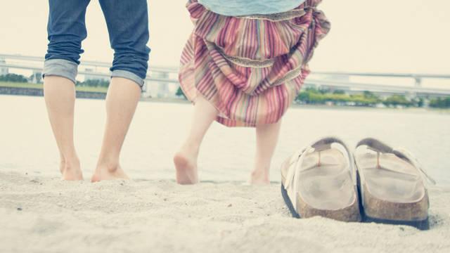 浜辺で裸足になる男女2人 | 「frestocks(フリストックス)」フリー素材やモデル写真 (16381)