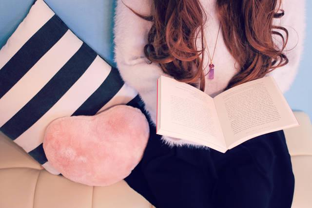 ソファで読書をする女の子の画像|おしゃれなフリー写真素材:GIRLY DROP (16430)