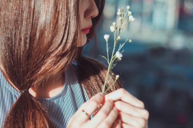 [フリー写真] 白色の花と女性の横顔でアハ体験 -  GAHAG | 著作権フリー写真・イラスト素材集 (16494)