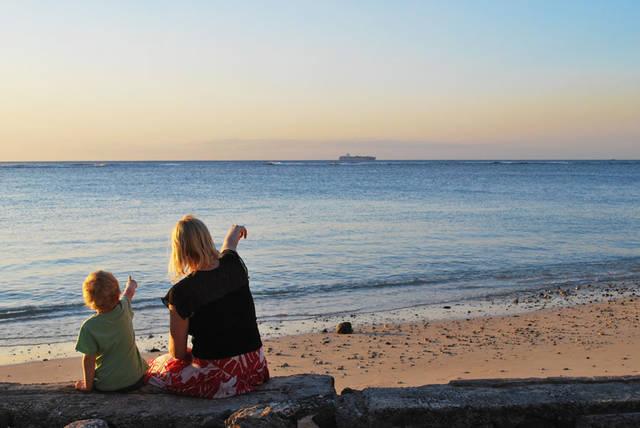 [フリー写真] 砂浜で船を指差す親子でアハ体験 -  GAHAG | 著作権フリー写真・イラスト素材集 (16503)