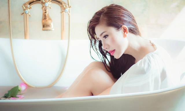 [フリー写真] 服のままお風呂に入る女性でアハ体験 -  GAHAG | 著作権フリー写真・イラスト素材集 (16560)