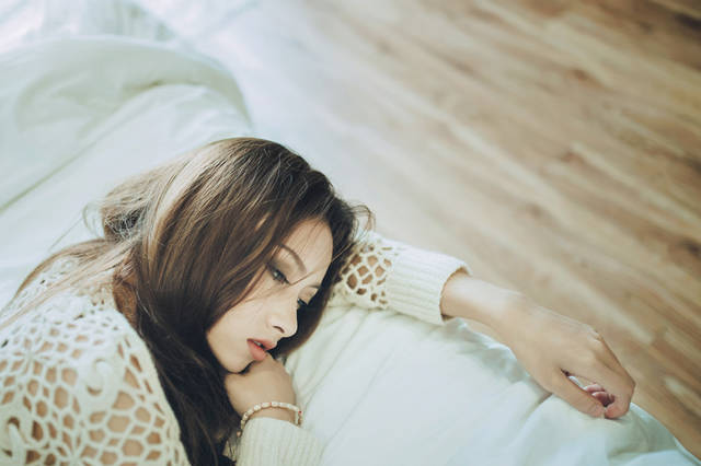 [フリー写真] ベッドに横たわって憂鬱な表情を浮かべる女性のポートレイトでアハ体験 -  GAHAG | 著作権フリー写真・イラスト素材集 (16572)