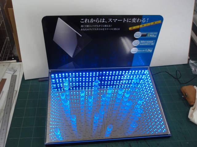 LED電飾とハーフミラーとミラーをミックスした店頭ディ...
