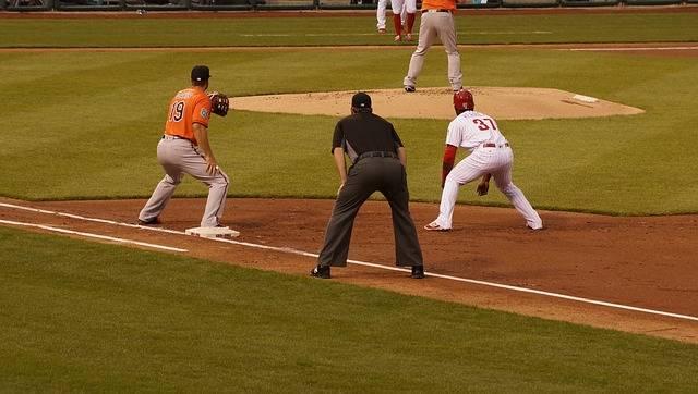 牽制球の意味と投げ方!基本とルールをしってボークに注意しよう ...