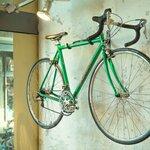 ロードバイクを壁掛けする方法とは?自転車をおしゃれに室内保管したい!