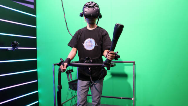 渋谷上空を円盤で舞いボールを叩き込め! 近未来VRスポーツ「WARP BALL」体験レポート | PANORA VR (9453)