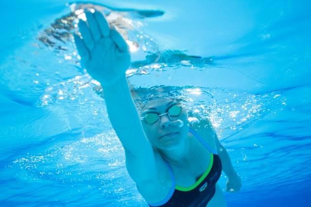 水中撮影の泳ぐ女性6|写真素材なら「写真AC」無料(フリー)ダウンロードOK (33260)