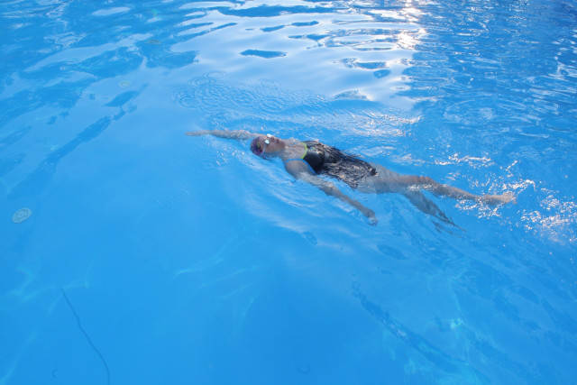 背泳ぎ良い上達法・・姿勢悪くて体力消耗 | 背泳ぎの効果的な泳ぎ方やコツを真剣に調べた (59562)