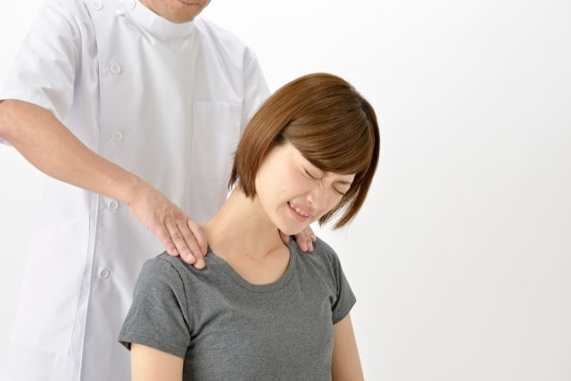 女性の肩を揉む整体師3 - No: 1352218|写真素材なら「写真AC」無料(フリー)ダウンロードOK (96860)
