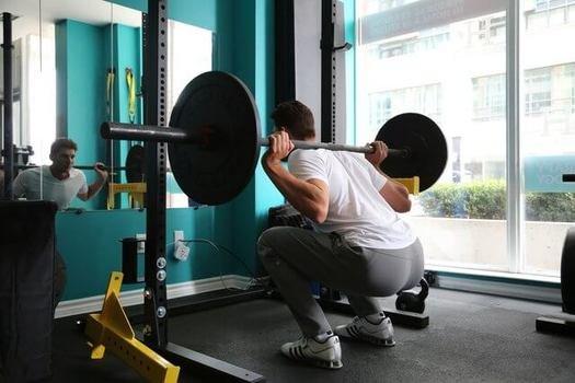 フルスクワットをするときは、お尻が膝よりも低くなるまで下げる (101950)