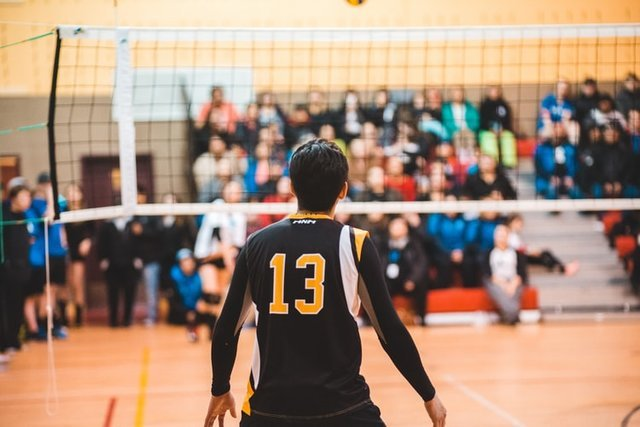 man wearing black 13 volleyball jersey photo – Free Person Image on Unsplash (128857)