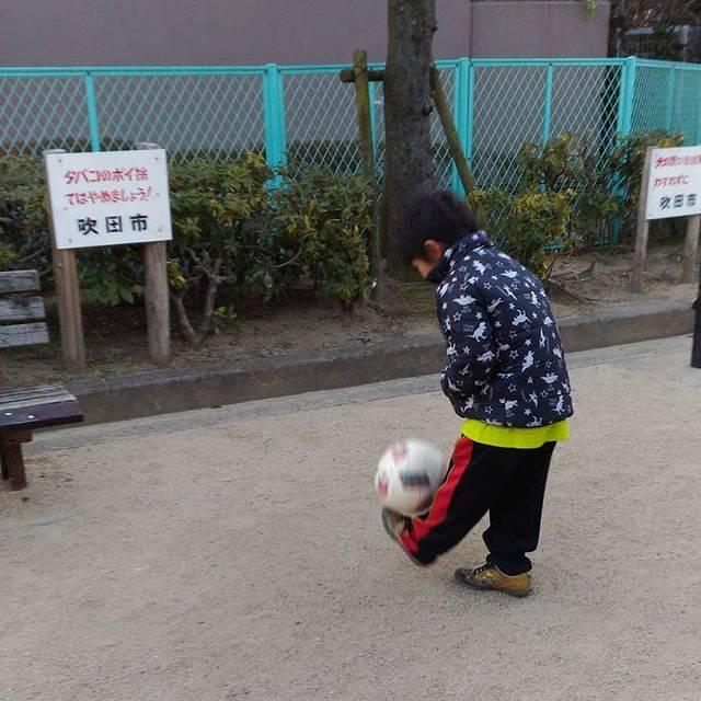 "Yuichi Nakata on Instagram: ""寒いです…#朝練#自主練#リフティング#継続は力なり #寒い#ルーティーン#ジュニアサッカー#サッカー少年#レフティー#背番号2#小学校二年生#U8"" (25653)"