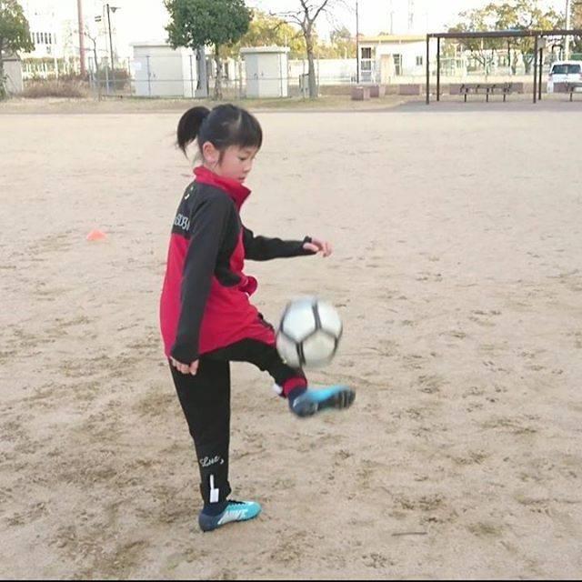 """はねやん Yajibe on Instagram: """"久々にリフティングさせてみた⚽ 相変わらずインステップのクセが凄い(;´д`) #u9 #soccergirl #soccerdrills #soccerskills #soccertraining #soccerpractice #soccerkids…"""" (25656)"""