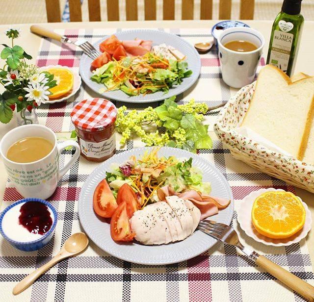 """Delicious food diary、 美味しい物日記 on Instagram: """"おはようございます☀🙋❗ 本日の朝ごはんです☕🍞🌄 🍒 蒸し鶏にトリュフ塩をパラパラかけて頂きました😋🍴💕 トリュフの芳醇な薫りが鶏肉の臭みをかき消してくれて、とても合います🎵 🍒 #hajime6400 #delicious #japanesefood #料理…"""" (26015)"""