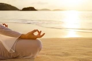 """@rajah.yoga.girl on Instagram: """", 1日の終わりに 目を閉じて自分の呼吸を意識することで 意識が自分の内側に向きます。  どこにいても情報が多く、 情報がいつもそばにある今だからこそ、 情報や外のものに振り回されず、 自分へ還る時間も大切。  #yoga#rajahyoga#yogapractice…"""" (30192)"""