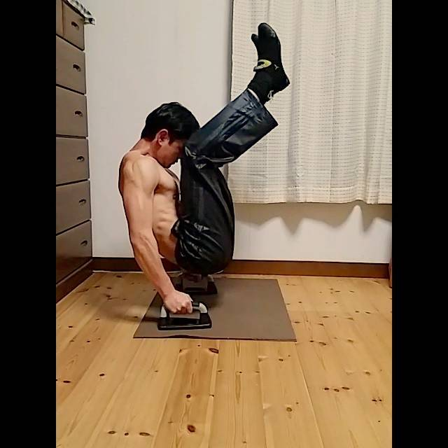 masaさんはInstagramを利用しています:「VV字腹筋ってツラいんだと思い知らされます💦 三頭と股関節もやられます体が硬いのと、筋肉不足でちゃんとVになってないな😓 #v字腹筋 #vシット #vsit #腹筋 #筋トレ  #自重トレーニング #体幹 #体幹トレーニング #自宅トレーニング」 (35403)