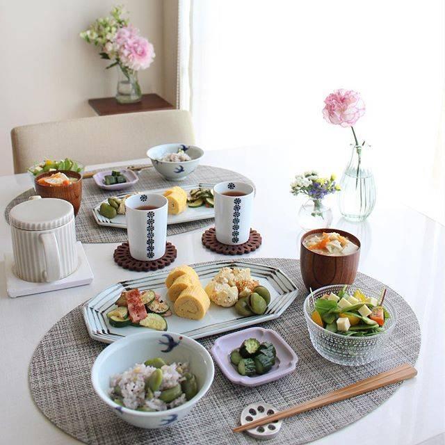 """Hitomi on Instagram: """"2018.05.21 Monday ・ こちら地方昨日に続いて 今日もカラッと気持ちの良い 五月晴れでした☀️ ・ picは昨日の朝食 好物のそら豆を甘辛く煮たので 皮を剥いて炊きたて雑穀ご飯に 混ぜて即席豆ごはんにしました ・ *ズッキーニのブルサン炒め *出汁巻たまご…"""" (36553)"""