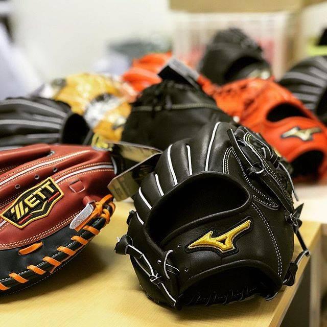 """スポーツショップムサシsports shop musashi on Instagram: """"さっ!今日も揉みますよっ! I'm starting Temomi Kakou.This is original ptocessing for baseball glove.  #手もみ加工 #手もみ型付け #ムサシ流  #グローブ #野球グローブ #ミズノ #ミズノプロ…"""" (42843)"""