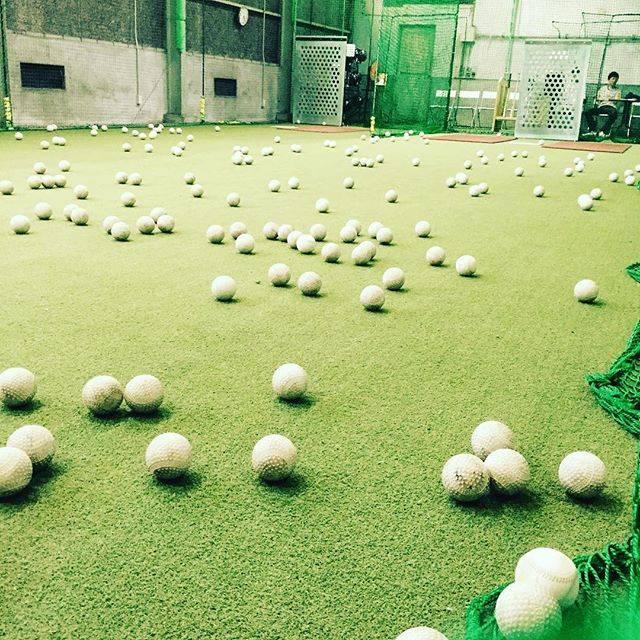 "BASEBALL WORLD on Instagram: ""今日もボールが散らばってます^ ^ ワンポイントアドバイスしてます^ ^  #ベースボールワールド #baseballworld #手集め式 #皆さん手伝ってくれます #ありがとうございます #バッティングセンター #子供の体力無限 #軟式ボール #人工芝…"" (46027)"