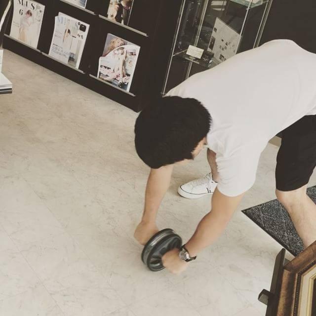 TakamaruさんはInstagramを利用しています:「アブローラー ようやく立ちコロできるようになった。もうちょい深く入れたいけど腰と股関節が痛いのでこの辺で勘弁してください(笑) 最後 #サイヤマングレート の真似。 #筋トレ #アブローラー #腹筋ローラー #立ちコロ #サイヤマングレートに憧れる #膝コロ #マッチョ29…」 (47966)