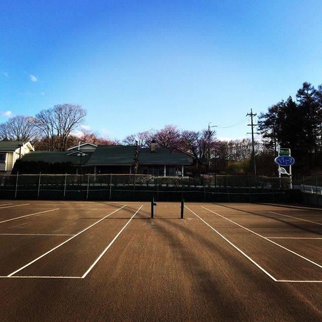 """ペンションベルレーヌ on Instagram: """"#軽井沢#発地#ペンション#ペンションベルレーヌ#テニス#テニスコート#クレーコート#レンタルコート#春#空今日も気持ちの良いお天気です( •̤ᴗ•̤ )コートのレンタルも始まりました。"""" (48901)"""