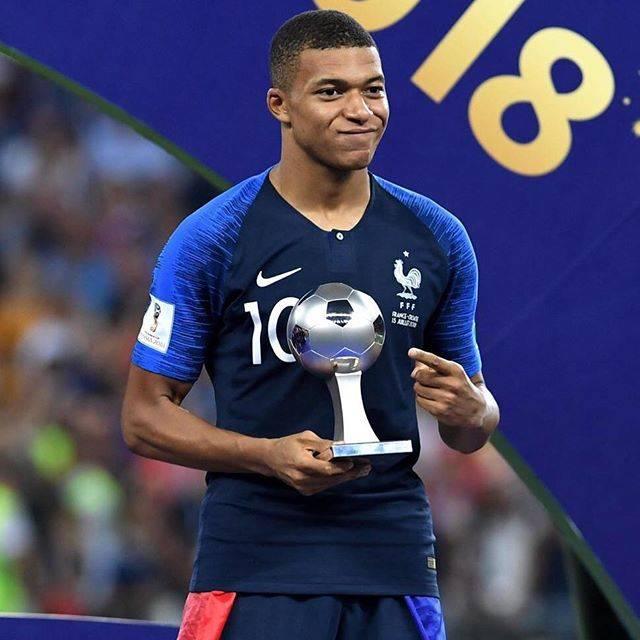 """gooニュース on Instagram: """"エムバペが最優秀若手賞(共同通信)サッカーのフランス代表で19歳のFWエムバペは15日、W杯ロシア大会のベストヤングプレーヤーに選ばれた。この日の決勝でも、ダメ押しとなる4点目。#worldcup #ワールドカップ #ロシアW杯 #フランス代表 #エムバペ"""" (49580)"""