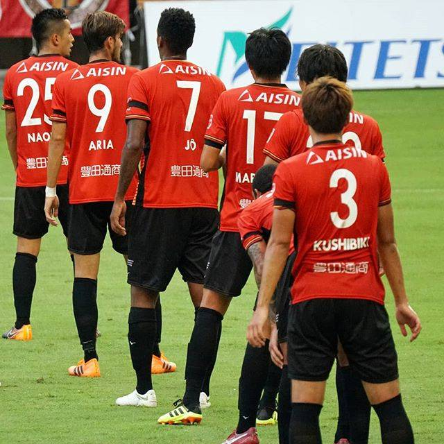 """@hngy_12gra29 on Instagram: """"広島戦のひとコマ。自陣での相手FKの際に、選手が一列に並びました。すわ日本代表のごとくオフサイドトラップか!?と色めき立ちましたが、結果はFKと同時にゾーンで下がって最後はランゲラック選手がきっちり抑えました。*#名古屋グランパス #グランパス #オフサイドトラップ ??"""" (55366)"""