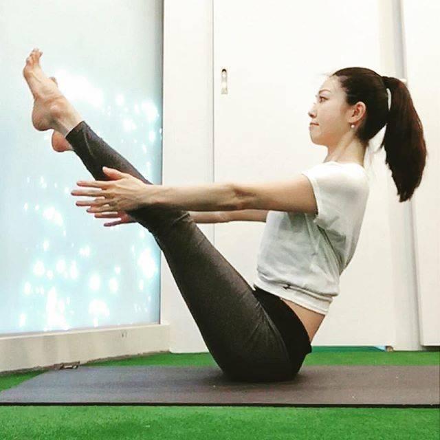 """&needU on Instagram: """"ヨガのポーズ★ナバーサナ★ 腹筋群、腸腰筋群を継続して働かせるので体幹の強化とバランスの向上になります。 ・ ポイントは骨盤が後ろに倒れて背中が丸くならない様に、しっかり腹部と胸部を引き上げます。 ・ ここから上半身と下半身を床に近づけて戻すとV字腹筋でさらに体幹強化できます♪…"""" (57187)"""