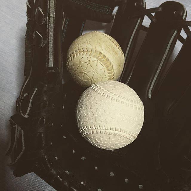 """MASSA on Instagram: """"#軟式球#軟式ボール#ABからMへ#M号#新球#ちなみに奥の球はB球#指にかかる感じ#ハート#少しでかい"""" (57969)"""