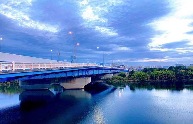 """toshi on Instagram: """"おはようございます 5:54:56  六郷橋の朝景 洒落っ気のない橋ですね〜 また、箱根駅伝の走者が走る季節がきてしまう。 最近ツィッターで 「川崎市はガラが悪い」は 完全なる誤解だ 実際の犯罪率は低いと言うデータ こんな書き込みがたくさん上がってますが…"""" (63269)"""