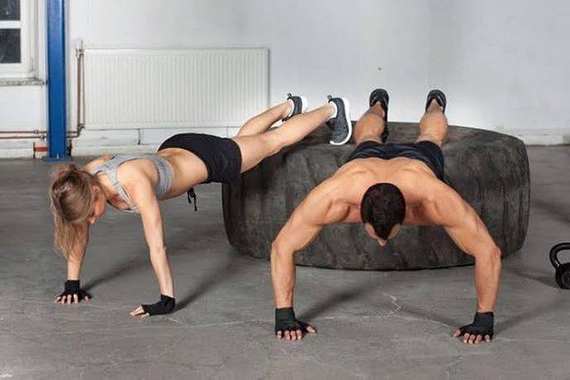 """自重トレーナー@koga on Instagram: """". . 【デクラインプッシュアップ】 .  大胸筋上部をピンポイントで 鍛えられるトレーニング。 .  イスや段差などの上に乗せ 傾斜を作る事で胸筋上部に負荷を かけられるトレーニング。 .  うつ伏せ状態から手は八の字型で 肩幅より少し開く。 .  息を吐きながら体を持ち上げ…"""" (67335)"""