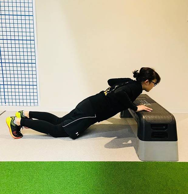 "GazelleTokyo on Instagram: ""このトレーニングは、インクラインプッシュアップという種目です。 バストアップや二の腕引き締めに効果があります!  ぜひ、ご自宅で10回チャレンジしてみてください。  Gazelle…"" (68127)"