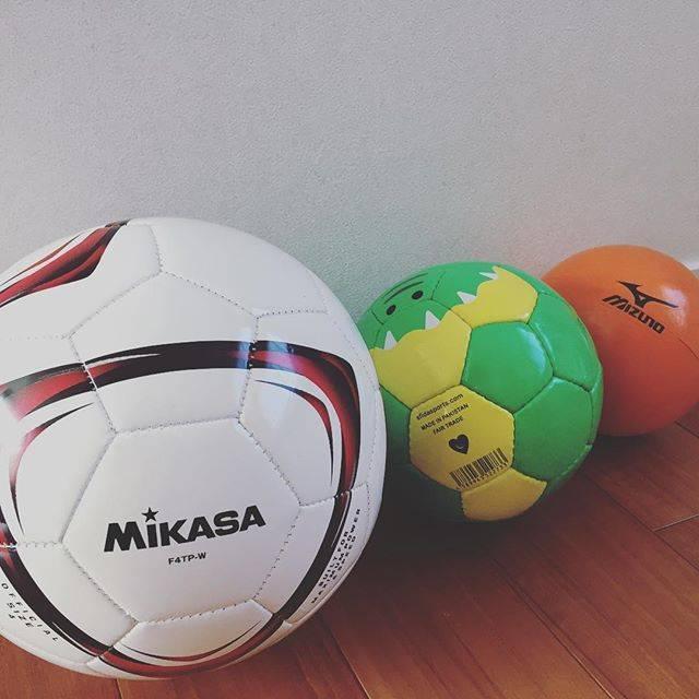 """Yumi  I on Instagram: """"父親が息子によかれと我が家にいつも転がってるボール。これで仔猫のように駆け回り…掛け時計は落ちて割れ、私は顔にヘディングをもらう…我慢🥴#サッカー好き#リフティングボール"""" (69544)"""