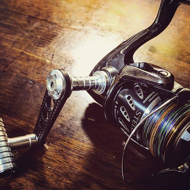 """R on Instagram: """"釣り道具に限らず、だいたいそいつの身に付けてるモノとか、所有してるモノとかで、そいつの性格とか好みがわかるよね。。 このステラももう12年目か❗️ 結構モノを大事に大切にするタイプなんです、、笑。  #釣り #スピニングリール #シマノ #ステラ #07ステラ #c3000…"""" (69740)"""