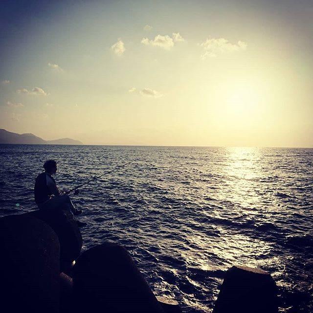 "K.Kazuki on Instagram: ""釣り人と夕焼け  #海 #海釣り #越前海岸 #日本海 #夕焼け #釣り人 #釣り竿 #漁港 #甲楽城港 #防波堤 #テトラポット #ショアジギング #ライトショアジギング #エギング #ワインド #メタルジグ #ルアー #ワーム #ショアジギングロッド #シーバスロッド…"" (71131)"