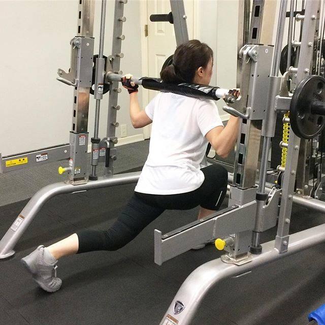 "Akihiro Yoshimi on Instagram: ""お客様トレーニング ・ バックランジ(スミス) ・ ハンパじゃないぐらい腿裏に効いたとのことでした笑 ・ 今週は初のハーフマラソンにチャレンジされるようです! ・ ・ 自分トレも頑張らないと… ーーーーーー #筋トレ#筋トレ女子#尻トレ#バックランジ #パーソナルトレーニング…"" (73566)"