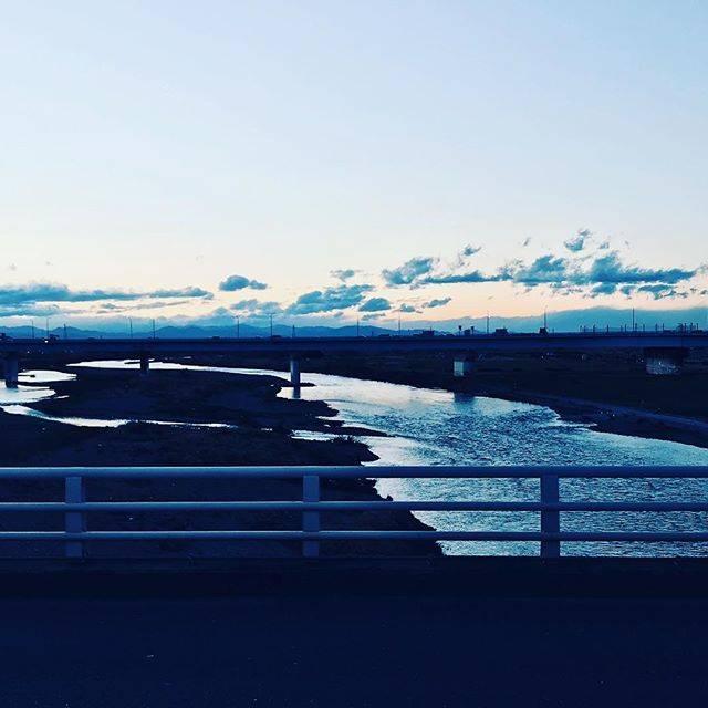 """岩本薫/ひな研ショチョー・温泉本作家 on Instagram: """"押され揉まれた満員電車を  降りる潮時やってきたんだな  今日の夕陽はどこに沈むのだろう?#二子橋 #街角ゾロ目劇場 #多摩川#オアシスと果樹園"""" (77225)"""