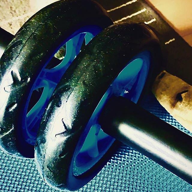 "Necesario Rápido Cabrón! on Instagram: ""腹筋ローラーって、調子乗ってやると、その後1週間は出来なくなる。#腹筋ローラー #筋トレ #gym"" (87362)"