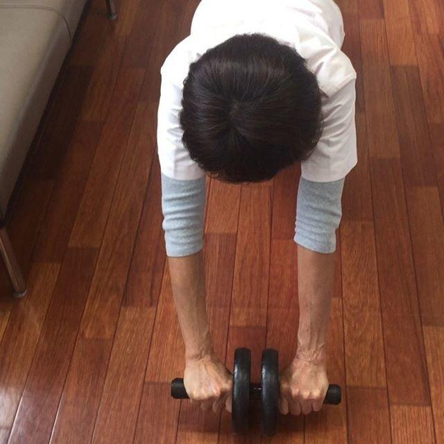 """調布 ふじみ 接骨院 on Instagram: """"ウチのボス、腹筋鍛えてました。戦闘力高めの女子です。背後に立つと殺されます。武器はバットです。#受付嬢#腹筋鍛えて#腹筋#腹筋ローラー"""" (87366)"""