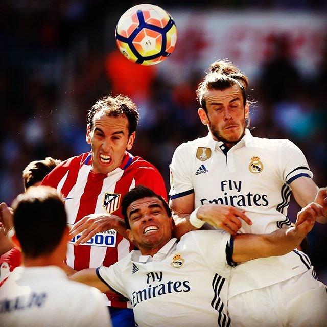 """サッカーキング on Instagram: """". 2017.04.08 💥肉弾戦 公式戦266回目のマドリード・ダービーは痛み分け . レアル・マドリード 1-1 アトレティコ・マドリード Gareth Bale and Pepe of Real Madrid compete for the ball with Diego…"""" (90122)"""