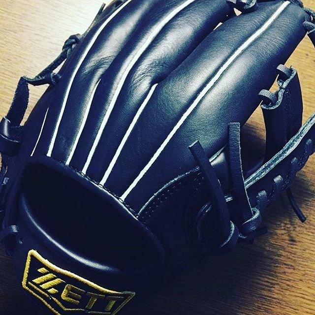 """SARU on Instagram: """"新しいグローブを買いました。これから野球をもっと頑張ります(ง •̀_•́)ง  オススメのキャッチャーミットあったら教えて欲しいです(^人^) #野球 #野球グローブ #zett #グローブ #黒 #内野手用 #内野手用グローブ #右投右打 #キャッチャーミット欲しい…"""" (94526)"""