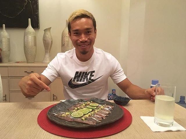 """YutoNagatomo 長友佑都 on Instagram: """"アウェーで試合があり、家に着いたのは早朝4時。着いた瞬間食トレ。なるべく早く身体のリカバリーできるように。@cuore_kato #recovery #食トレ"""" (95105)"""