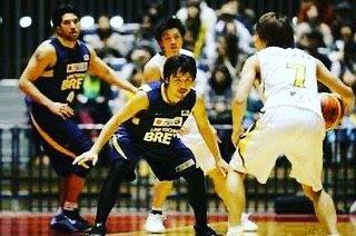 """バスケ研究所@ともき on Instagram: """"🏀一歩で止めるためには蹴り足が必要。地面を強く蹴る!スライドではない。蹴って斜めに飛ぶ意識!"""" (96114)"""