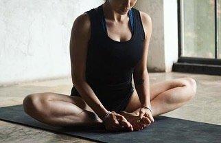 """ゆうの写真ダイアリー on Instagram: """"バタフライポーズ 骨盤と股関節の柔軟性アップと 下腹部の血流を良くして生理痛、お腹の冷えなどの改善の効果があります。 背中を丸めず骨盤をゆっくり前屈させて1分くらいキープしましょう〜 #ヨガポーズ #バタフライポーズ  #股関節ストレッチ  #骨盤のゆがみ#マタニティーヨガ…"""" (96714)"""