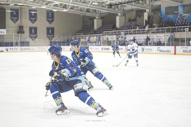 "@luv_icehockey.13 on Instagram: ""#20191226 안양한라 vs 연세대 선수들 스케이트 타는 모습은  아무리봐도 신기하고 멋있어요👀✨ #sport#icehockey#아이스하키 #2019#전국종합아이스하키선수권대회 #スポーツ#アイスホッケー…"" (99043)"