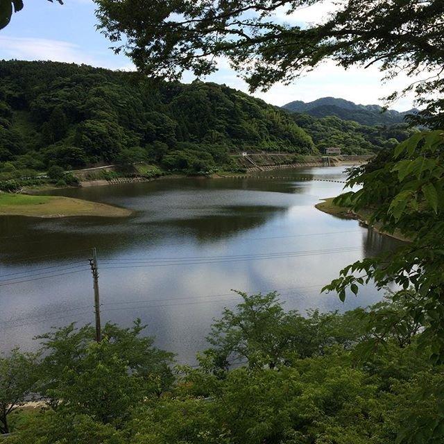 """ゆうこ on Instagram: """".. 千葉県にある、 🌲佐久間ダム湖🌲 .. 水面に、雲が写り綺麗です😊。 周りには、 桜や、もみじ、アジサイなど季節の花が咲きます💓😊。 ドライブや、ツーリング、釣り🎣、写真など 楽しんでます😊。 近くに、 もみじロードがあります。 山道をくねくねと走れます😊。 ..…"""" (100000)"""