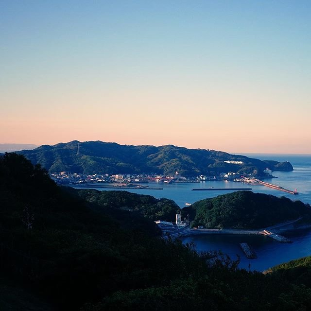 "Yosuke on Instagram: ""和歌山、加太地域。鯛漁が盛んな地域で平地が少ないところにへばりつくように集落を形成しています。静かで風光明媚な場所です。#和歌山 #和歌山市 #加太 #加太港 #gr_meet_japan #加太休暇村 #休暇村紀州加太"" (106356)"