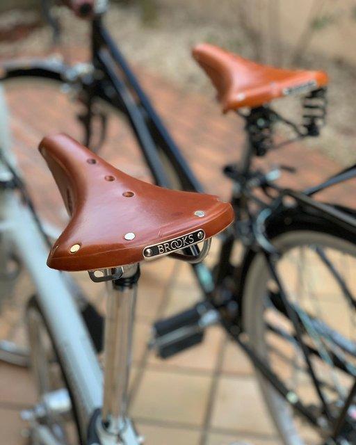 """ゆう_356 on Instagram: """"我が家のブルックス兄弟😋🇬🇧..#ブルックス#brooks#サドル#自転車#自転車好きな人と繋がりたい #ロードバイク#ママチャリ#ブロンプトン#BROMPTON#小径車#ミニベロ#折りたたみ自転車"""" (111379)"""