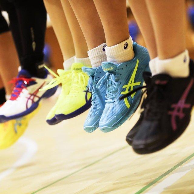 """ASICS JAPAN on Instagram: """". バレーシューズを買ったことがある人は「履き心地やカラーが…」という経験があるのでは。 . 自分の足にあった幅や好みのカラーは様々。 . 「スペシャルオーダーシステム」では、11ヶ所のカラーと3タイプのシューズ幅を自由に組み替えられる。 . スペシャルな1足を手に入れよう。…"""" (111726)"""